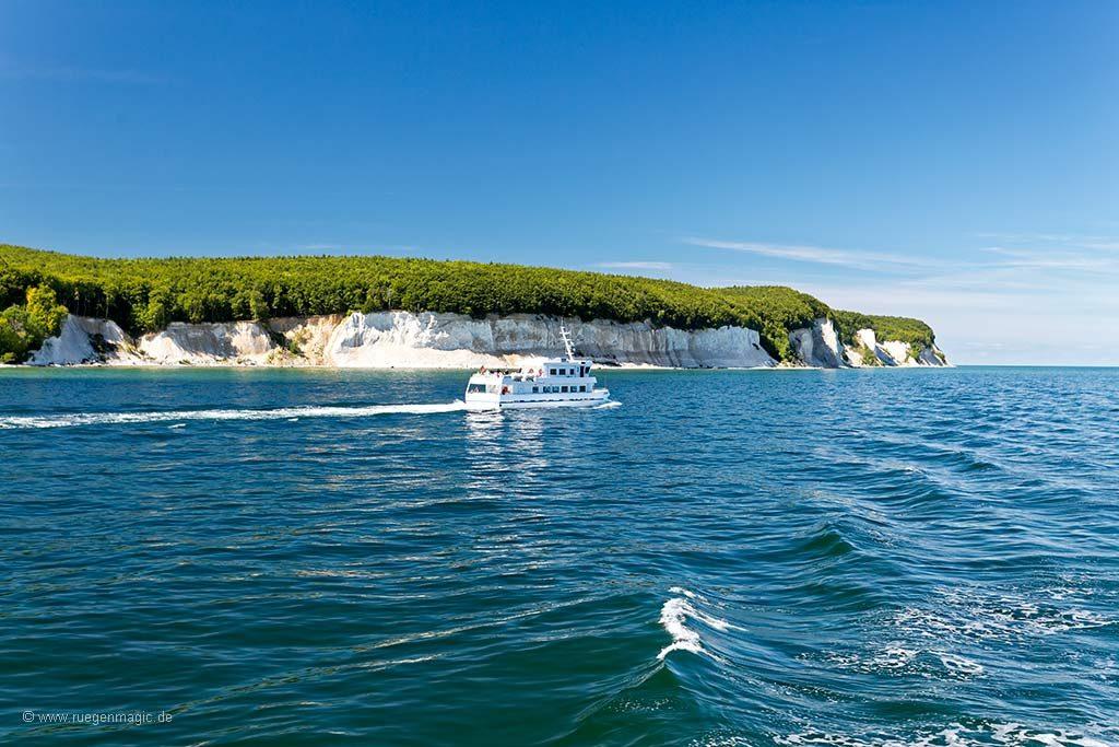 Umfeld: Kreideküste mit Ausflugsschiff