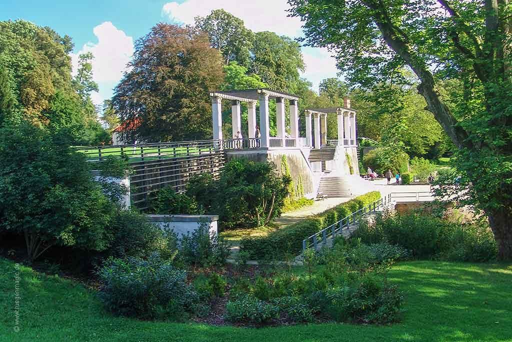 das Umfeld: Pergola im Schlosspark von Putbus